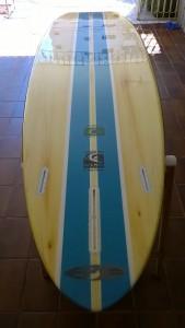 """""""R"""" 10.4x31x4½ - Modelo mais de vanguarda, possui um bico pontudo como de uma pranchinha, um trabalho de fundo perfeito, muito rápida e estável, excelente para remadas e surf, possui a rabeta Round (""""R"""") que torna o controle de borda mais rápido nas ondas."""